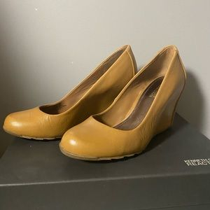 Peanut butter Kenneth Cole wedge shoes